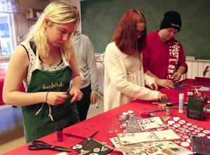 Angelica Stadin, Josefine Norberg och Kim Abrahamsson ägnar sig åt julpyssel med julkortstillverkning.