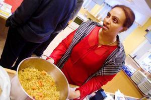 """Mulu Worldu från Eritrea tycker om att laga mat och bidrog med tre rätter till förra veckans internationella smakupplevelse. Hon bjöd på bland annat en sorts pannkaka som äts med honung. """"Det är en typisk rätt i Eritrea"""", berättar Mulu som varit i Sverige i fyra månader."""
