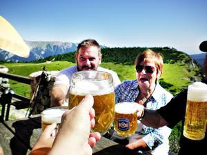 Efter två timmars vandring i 27 graders värme är det gott med en kall öl till lunchen uppe på Ottohaus.