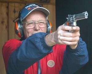 Egil Dahl från Norge prövar på att skjuta med revolver för första gången. Foto:Erika Hällberg