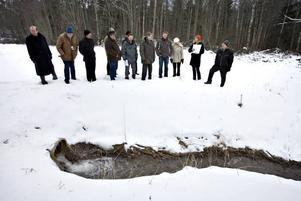 Miljödomstolen fick med egna ögon se diket där vattnet från bergrummen rinner ut. Chefsrådman Jim Emilsson, fyra från höger, lyssnar på  Karin Eliaeson (längst till höger), när hon redogör för miljökonsekvenserna.