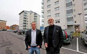 Från början planerades ha puts på väggarna men del blev tegel. Jörgen Olsson och Olle Rigborn i Tunabyggen är mycket nöjda med de 110 lägenheter som finns i Lisselhagen. Foto: Johnny Fredborg