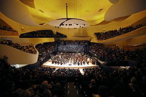 Den nya konsertsalen och dess böljande balkonger rymmer 2 400 personer.    Foto: Charles Platiau/AP