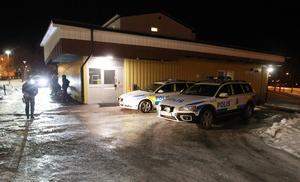 Ett antal polispatruller ryckte ut till platsen efter larmet.