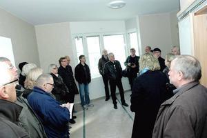 LÄGENHETsvisning. Kommunstyrelsen fick i går chans att besöka Bysjöstrand. De flesta av lägenheterna kommer att se ut så här: enrumslägenheter med kokvrå och rymligt badrum.