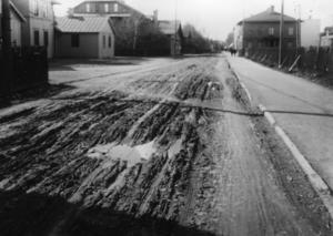 Det var inte lätt för resande att ta sig fram i centrala Ljusdal. På Norra Järnvägsgatan var det ofta lerigt och djups hjulspår gjorde det svårt att ta sig fram. Man tvingades bygga trätrottoarer genom centrala Ljusdal för att fotgängare skulle kunna ta sig fram.