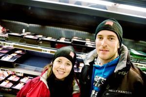 Joanna Andersson och Tomas Meijer–Vi är bortbjudna till påsk i år så vi                              behöver inte lägga någon tid på planering av mat och så, säger Joanna.–Det ska vara ett traditionellt påskbord                     med ägg och allt sånt. Så ska det vara tycker jag i alla fall, säger Tomas.
