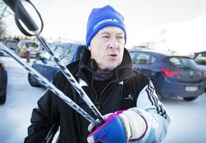 Sven-Olov Lidfors är upprörd över kommunens parkeringsförbud nedanför backen samtidigt som det är stor brist på parkeringar.