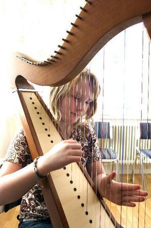 Först i Falun. Elvaåriga Elin Kallur är dans- och musikskolans första harpelev genom tiderna. Elin såg en harpa på film och bestämde sig direkt för att harpa skulle bli hennes instrument.