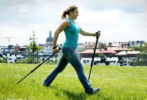 Promenader med stavar är ett perfekt sätt hålla sig i form. Skonsamt för kroppen samtidigt som det är effektivt. Foto: Claudio Bresciani/Scanpix