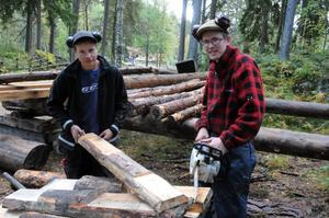 I utbildningen är en ledstjärna att eleverna ska lära sig allt om hur hus byggdes för. Fredrik Nordin och Gustav Hermansson med delar till ett tak.