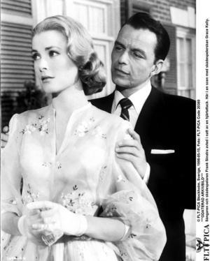 Sångaren och skådespelaren Frank Sinatra i en scen med skådespelerskan Grace Kelly.