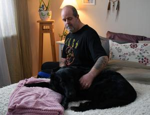 Under tre månader har Mikael Matsson varit sjukskriven och den som gillar det bäst är hunden Molly.