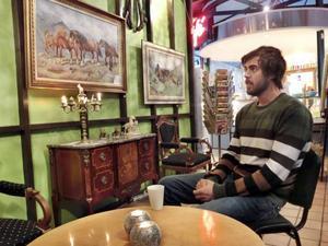 Kalle Halvarsson försöker utveckla Saras café på busstorget med konst och bakom väggen med hästmotiv har föremål samlats ihop till en loppmarknad.