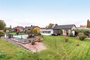 Totalarea om 260 m² och underbart poolområde med uppvärmning via bergvärme för denna enplansvilla med källare.