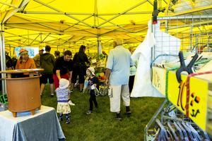 Det stora gula tältet med billiga prylar lockade många besökare.