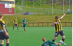 Friska Viljors Marco Lundqvist i kamp om bollen med en Bodenspelare.