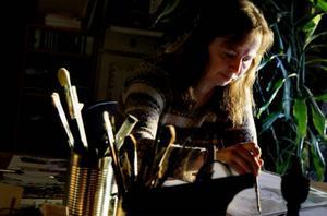 Förutom illustrationer har Annakarin Wennerberg också designat vedkorgar med motiv från naturen.
