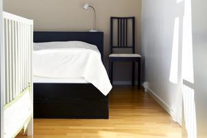 För att utnyttja utrymmet i sovrummet maximalt används en dubbelsäng åt barnen och byrån med kläder som tidigare stod där är flyttad till vardagsrummet.