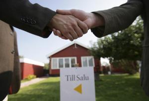 Runt 90 procent av alla fastighetsförsäljningar går via en mäklare. Ändå vet många inte vilka mäklarens uppgifter och skyldigheter är.