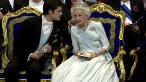 2001. Nobelprisutdelningen i Konserthuset i Stockholm. Prins Carl Philip och prinsessan Lilian samtalar under ceremonierna.