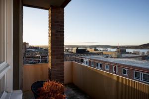 Balkongen. Med Stortorget som granne och en utsikt över centrala Östersund, Frösön och Storsjön.  Foto: Mikael Frisk