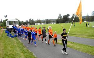 Inför varje match marscherade lagen in på planen. Här är Östansbo och Mora på väg in för att göra upp om guldet i F15-klassen.