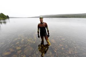 Mats Goldberg simmade hela Dalälven, 50 mil, i juli 2016. Här fotograferas han vid starten, i Hällsjön norr om Idre, den 2 juli.