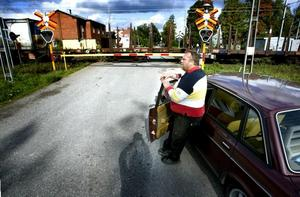 BLOCKERAD VÄG. Det här har Christer Nilsson varit med om många gånger. Tågen stannar för att vänta in varandra på dubbelspåret vid Korsikaöverfarten. Den enda vägen är därmed blockerad.