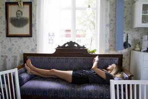 När hon under sommaren hälsar på sina föräldrar i barndomshemmet i Östansjö, Matfors, så är det att slappa som gäller.