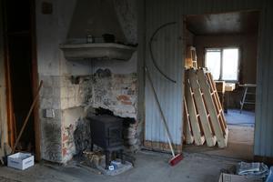 Skogshuggarkaminen värmer skönt i ett av rummen.