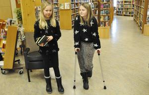 Ellen Nymark assisterar kompisen Hilma Hållinder som gjort illa ena foten vid dans.