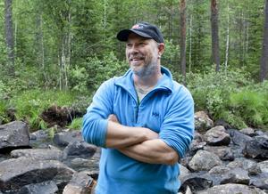 Han är knott- och myggbiten och skinnet i händerna är slitet men Anders Bruks gillar verkligen det han håller på med.