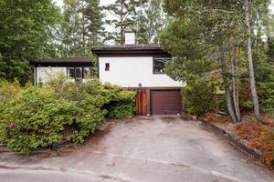 I Sandtäkt i Falun ligger denna villa med renoveringsbehov.