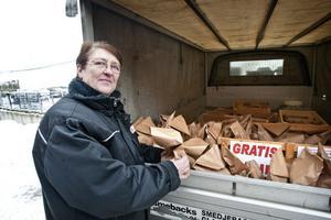 Birgitta Andersson är en av dem som kör ut gruspåsar i kommunen. Två till tre gånger om dagen fyller hon pickupen för vidare leverans till butiker, bensinstationer och äldreboenden.
