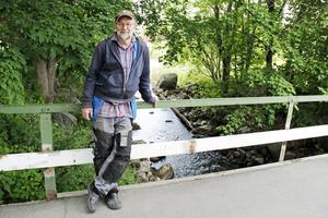 Kalle Boman på Kvistholmsbron i Norrsundet som leder till hans gård där han stortrivs.