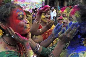 Hela gatorna fylls av folk nedsmetade av färg.
