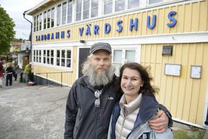 Viveca Sten tillsammans med regissören Mattias Ohlsson som har regisserat de flesta av Sandhamnsdeckarna. Den kalla våren har varit en utmaning för inspelningsteamet som ska iscensätta en sommaridyll, berättar han.