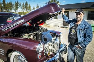 Christer öppnar motorhuven till sin Cadillac Deluxe Coupe från 1941.