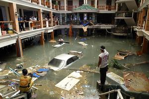 VATTEN ÖVERALLT. Två dagar efter katastrofen arbetar räddningspersonal i den översvämmade lobbyn på Seapearl Beach Hotel i Patong i Phuket. Över 8000 människor dödades av vågorna i Thailand, däribland utländska turister från en rad länder.