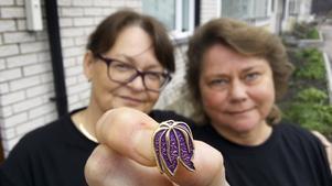 Carina Blom och Marie Sandström ser stora möjligheter med den lilla Roslagsbroschen.