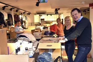 I nedre våningen håller delar av personalen på med att packa upp och märka varor. Från vänster Anton Häggström, Lena Wiberg, Carina Berggren och David Häggström.