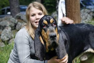 Mikaela Berglund med sin blodhund Trofast.