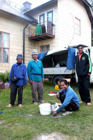 Bärplockarna Saman, Thong Mai, Krenkai och Somkit fick ägna måndagen åt att laga transportbilens bränslepump som havererat
