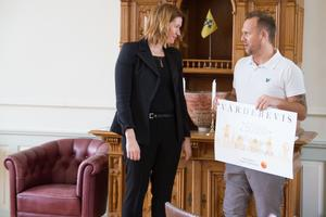 Bissen Mathias Larsson ger forskaren Janet Cunningham sitt värdebevis på 250 000 kronor. Pengar som ska hjälpa till att de som lider av psykisk ohälsa snabbare ska få rätt sorts behandling.