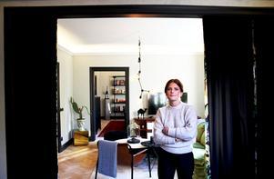 Julia Schiller jobbar som dekoratör och färgsättare och det syns i hennes fina lägenhet i centrala Västerås.