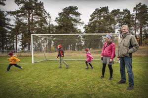 Lina Boström och Kent Halvarsson driver ett upprop mot planerna att bygga förskola på Jägarvallens fotbollsplan. Linas barn Gustav, Oskar och Stella är ofta och spelar fotboll eller bygger kojor här.
