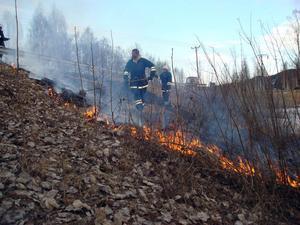 Räddningstjänsten från Järvsö kunde snabbt släcka gräsbranden som begränsades till ett område på vägrenen i Skästra.