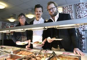 Åkersviksskolans produktionskökschef Eva Tjernberg, kocken Paul Svensson och krogrecensenten Pär Bergkvist.
