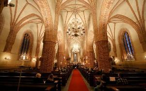 Sången från Falu kammarkör färdas mellan pelare och längs väggar i Stora Kopparbergs kyrka. Foto: Johnny Fredborg